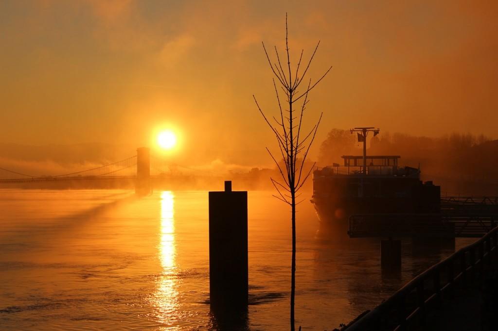 冬の早朝の川