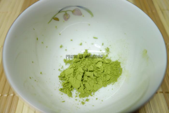 べにふうき緑茶の粉末を湯呑にいれたところ