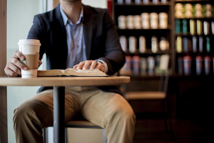 カフェで本を読む男