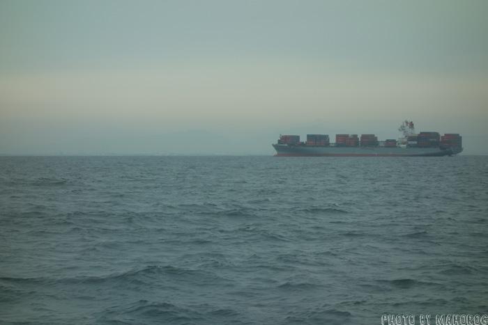 大阪湾に浮かぶ船