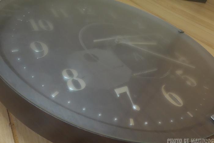 結露した時計のガラス面