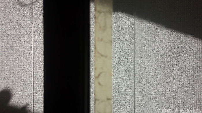 窓の両面テープの跡