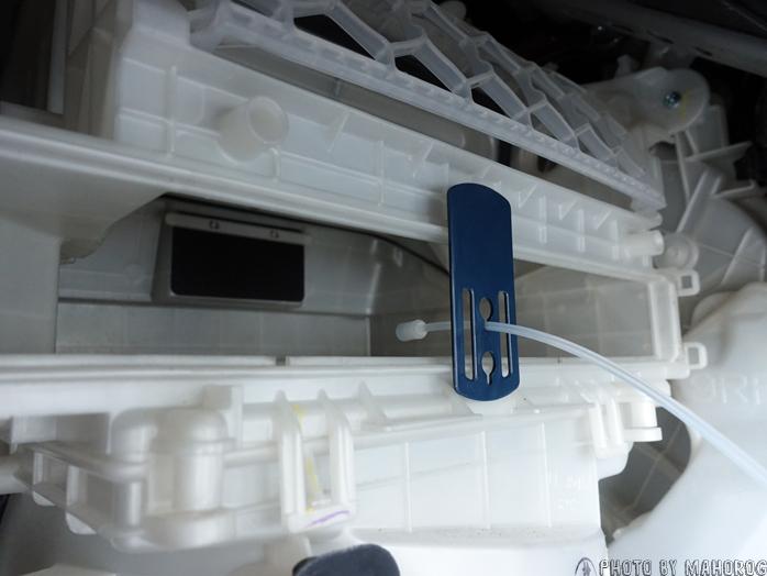 エバポレータークリーナーのノズル口をエアコンのフィルター挿入口に固定する
