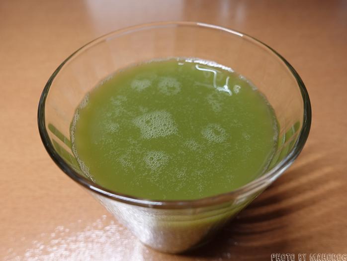 ユーグレナ 果実スムージー ミドリムシ 植物発酵エキスをコップに移したところ