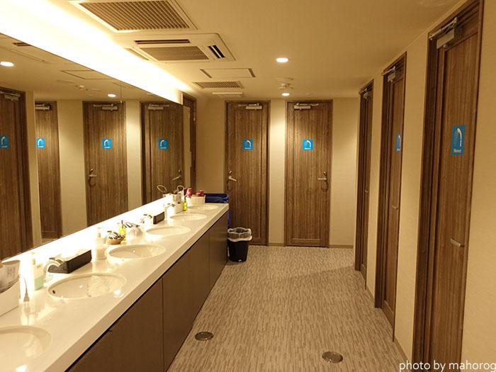広島のお宿の洗面スペースとシャワールーム